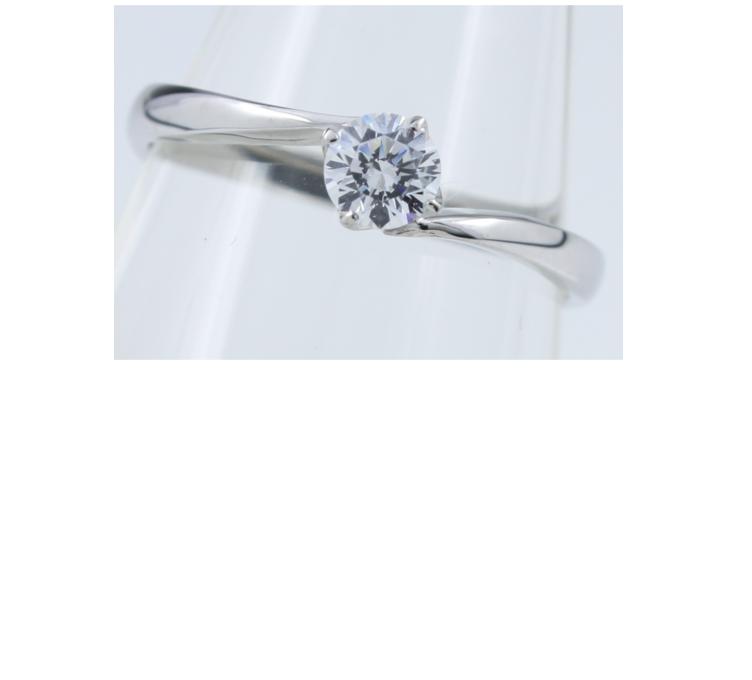 透明なディスプレイに飾ったダイヤ0.2ctプラチナ婚約指輪E253の正面から見た形状